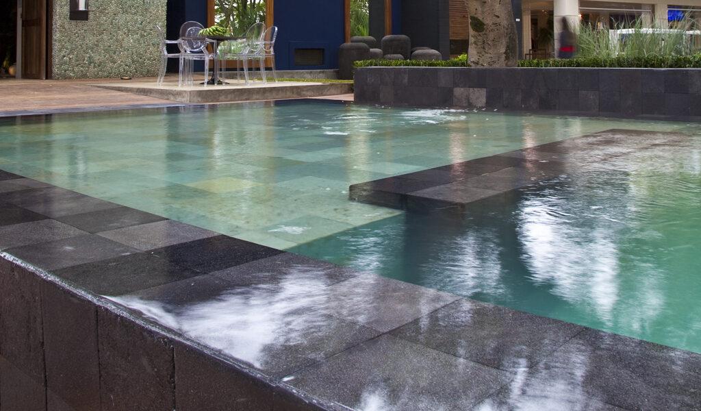 revestimento de parede e piscina pedra lisa hitam palimanan